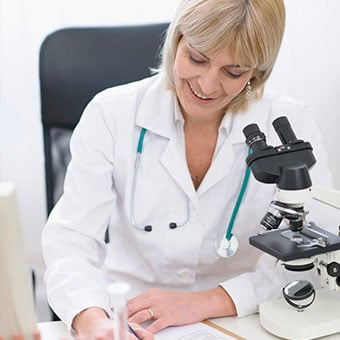 A doctor uses a microscope to diagnose bacterial vaginosis (BV).