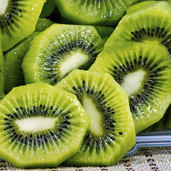 A tray of sliced kiwi fruit.
