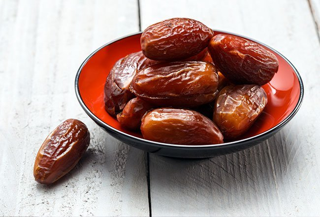 It is ideal to have 100 g of dates or a handful of dates every day to get all the essential nutrients.