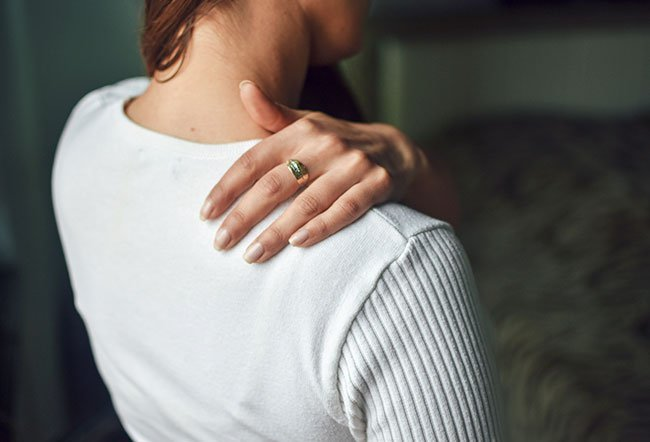 Your upper back can hurt when breathing due to injury, pulmonary embolism, pneumonia, lung cancer, and spine problems.