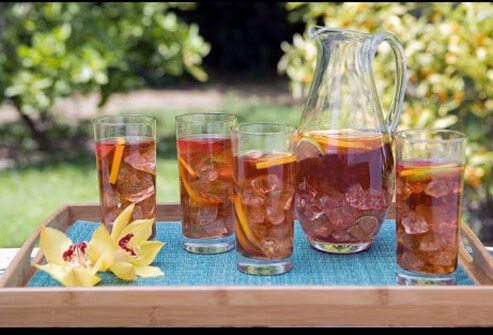 Ice tea on a tray outside.