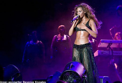 Beyonce Knowles displays abs at concert