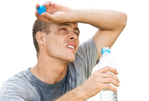 In a hot environment, a person should drink enough water to make the urine clear, and make sure the body is producing sweat.